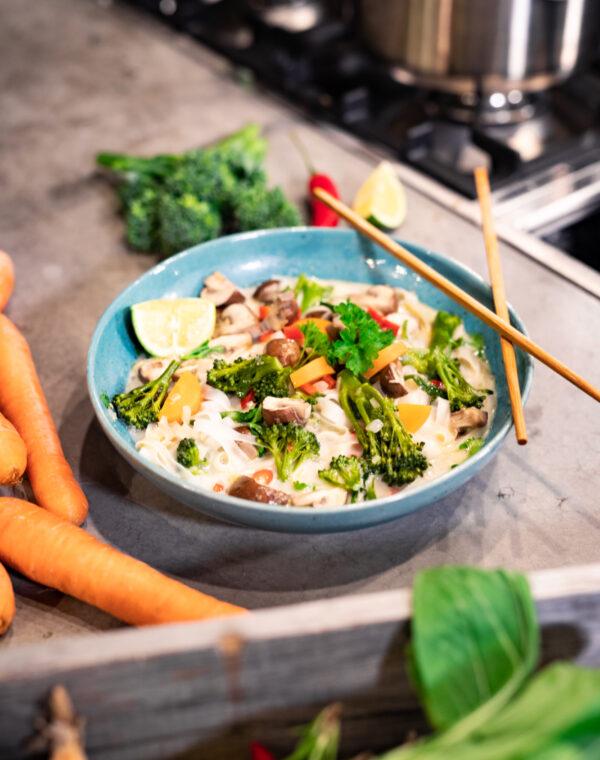 Thaise noedelsoep met kokosmelk, Bimi® broccoli en champignons