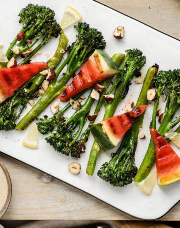 Gegrilde Bimi® broccoli en watermeloen met tahin dressing