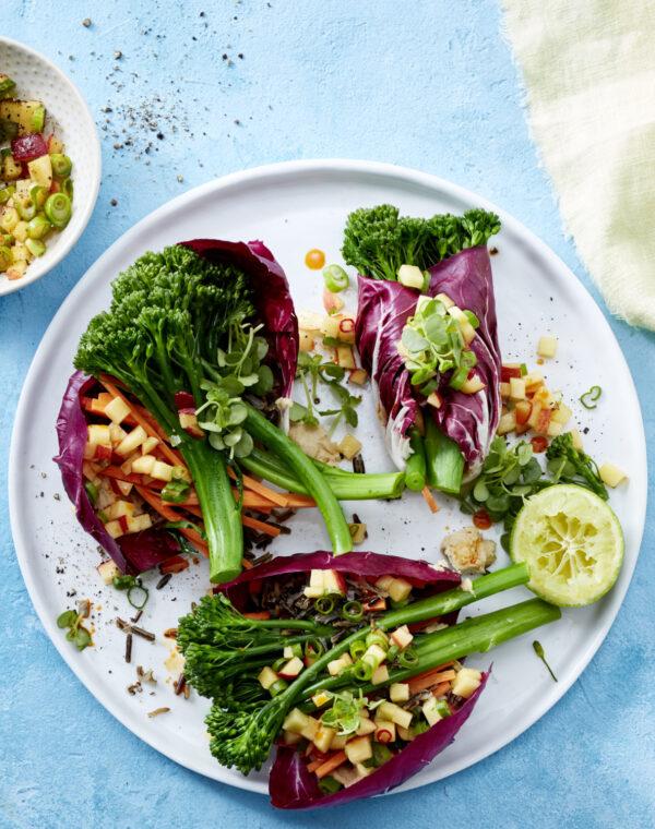 Bimi® Brokkoli-Salatwraps mit Hummus, Wildreis und scharfer Pfirsich-Salsa