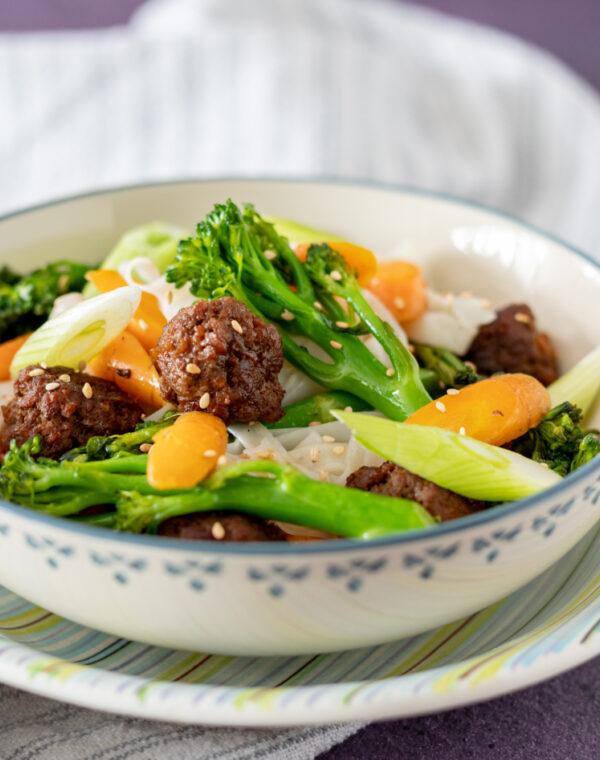 Bimi® broccoli noedels met peen en gehaktballetjes