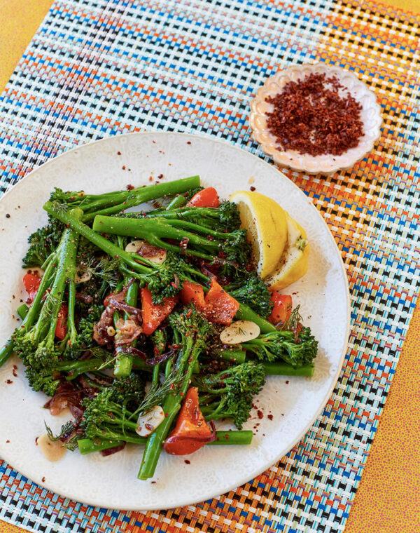 Braiseret Bimi® broccoli med rød peber og dild af Yasmin Khan
