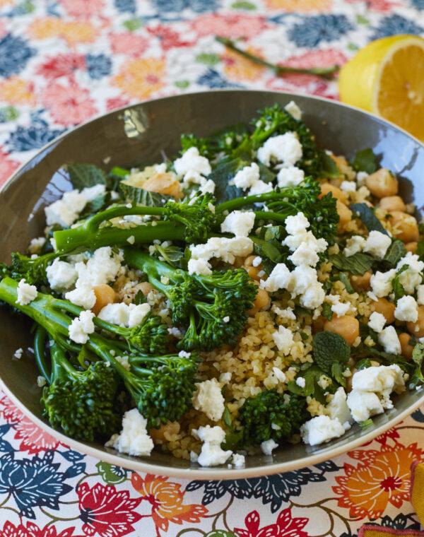 Kikærter, Bimi® broccoli og bulgurhvede pilaf af Yasmin Khan