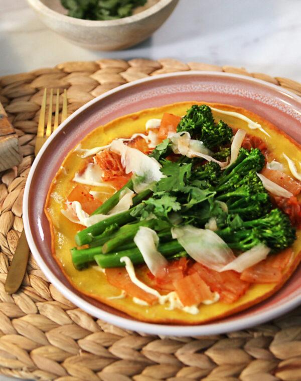 Japanse pannenkoek van kurkuma met kimchi en Bimi® broccoli