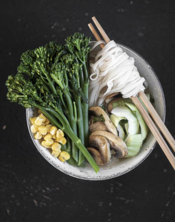 Vihreä kasvisnuudelikeitto Bimi®-parsakaalilla