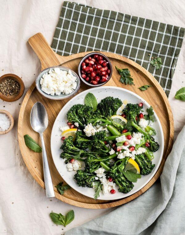 Gerösteter Bimi® Brokkoli mit Zitrone, Granatapfel und Fetakäse.