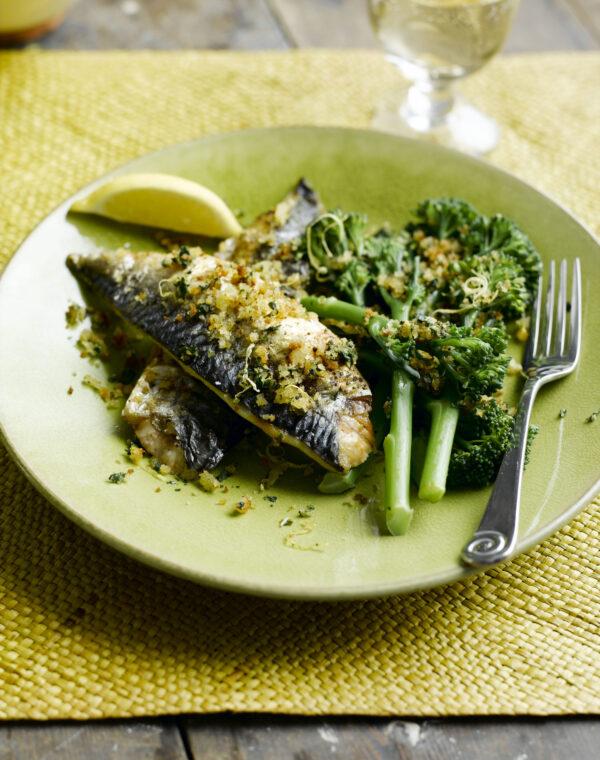 Sennepsgrillet makrell med Bimi® brokkoli og ristede brødsmuler med sitron og basilikum