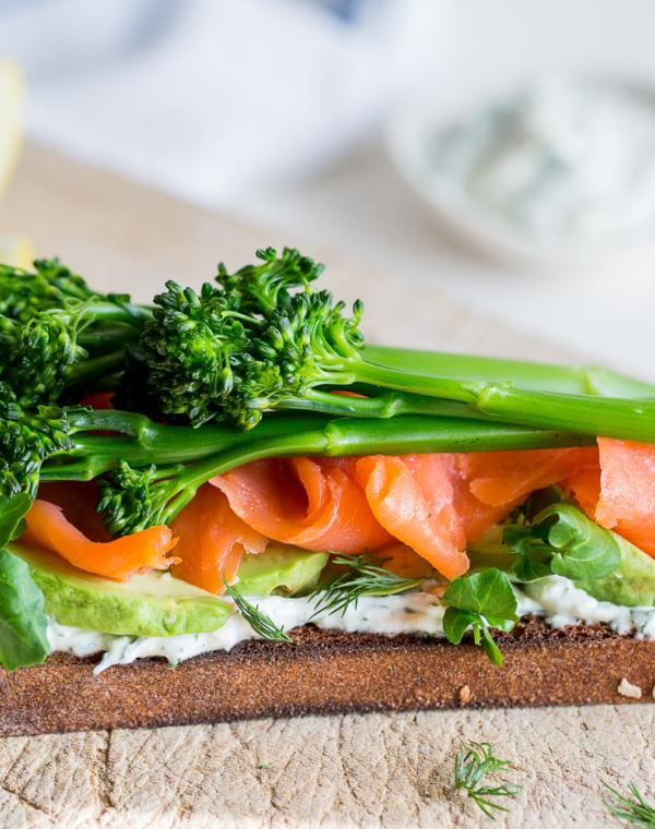 Smørrebrød-leipä lohi-avokadotäytteellä ja Bimi®-parsakaalilla