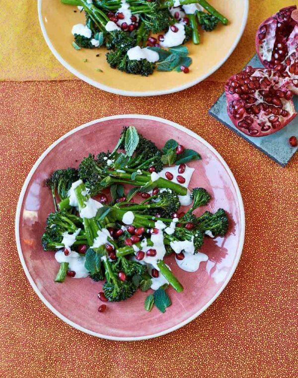 Ovnbagt Bimi® broccoli med urteyoghurt af Yasmin Khan