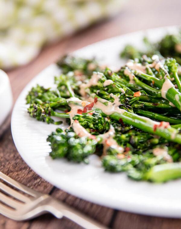 Geroosterde Bimi® broccoli met gadogado-dressing