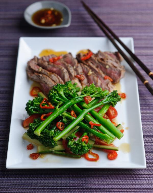 Bimi® broccoli met biefstuk en pattani salade met munt en koriander