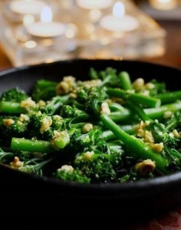Bimi® brócolos com avelãs, manteiga e laranja ralada
