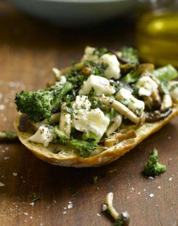 Bruchetta de Bimi® brócolos com alho, cogumelos e queijo feta