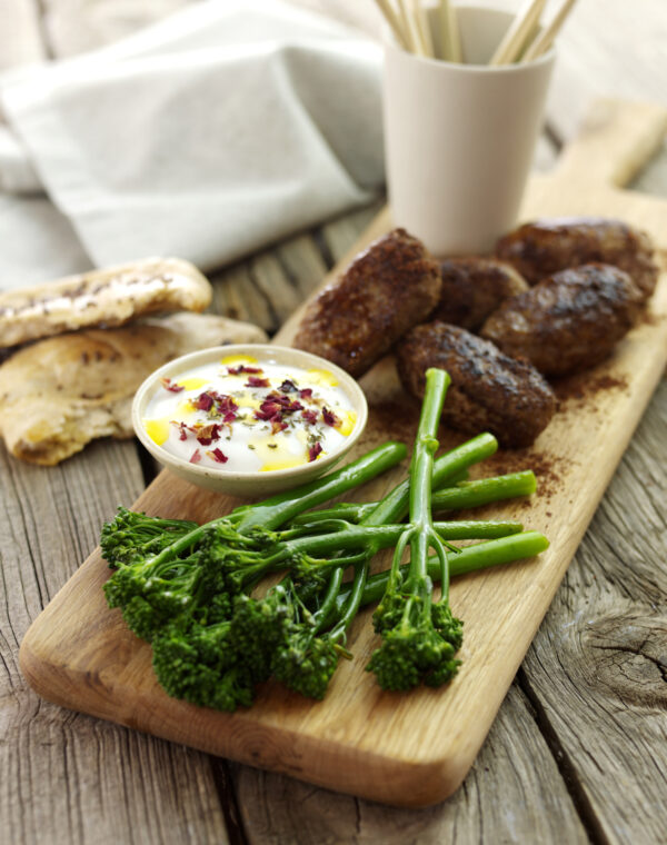 Lammköfte mit Bimi® Brokkoli und Joghurt-Dip
