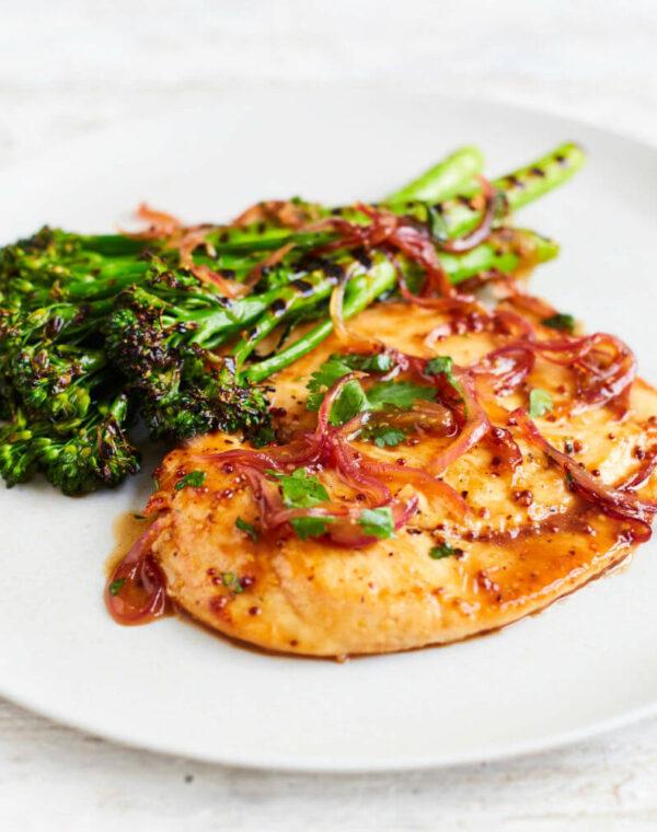 Lönnsirap- & korianderkyckling med grillad Bimi® broccoli