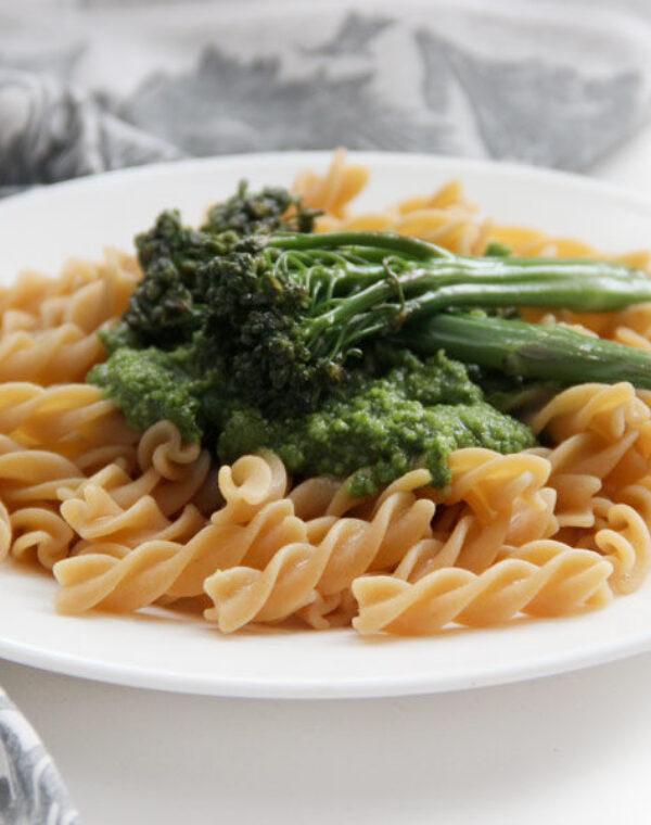 Macarrão com pesto e Bimi® brócolos