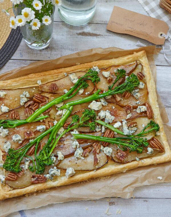 Karamelliseret pære, ahornsirup, blå ost og Bimi® broccoli tærte