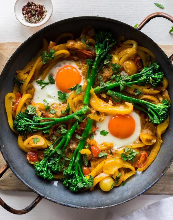 Bimi® broccoli shakshuka met cherrytomaten, eieren en paprika