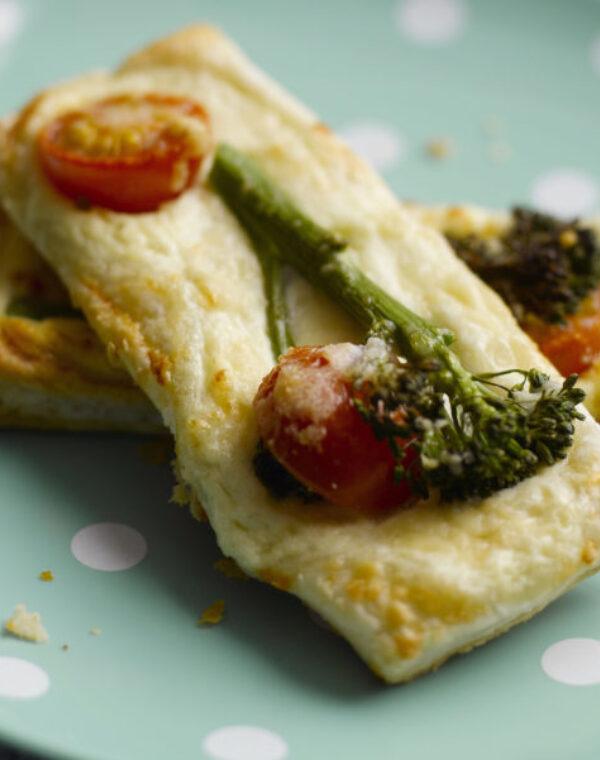 Tostas de Bimi® brócolos com queijo fresco e tomates cherry
