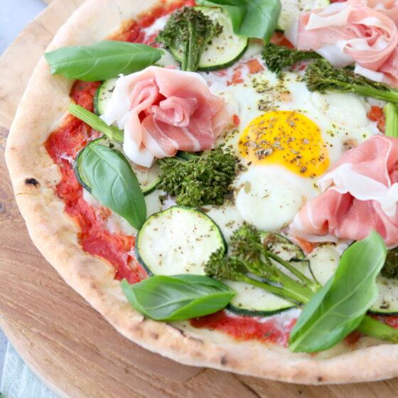 Pizza met Bimi® broccoli, courgette, eieren en basilicum
