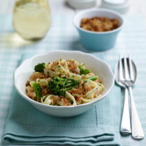 Bimi® med kremet pasta og laks