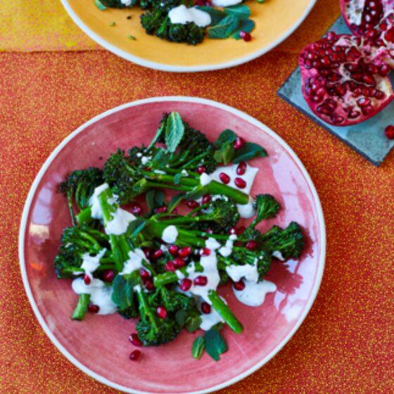 Bimi® asado con yogur de hierbas de Yasmin Khan