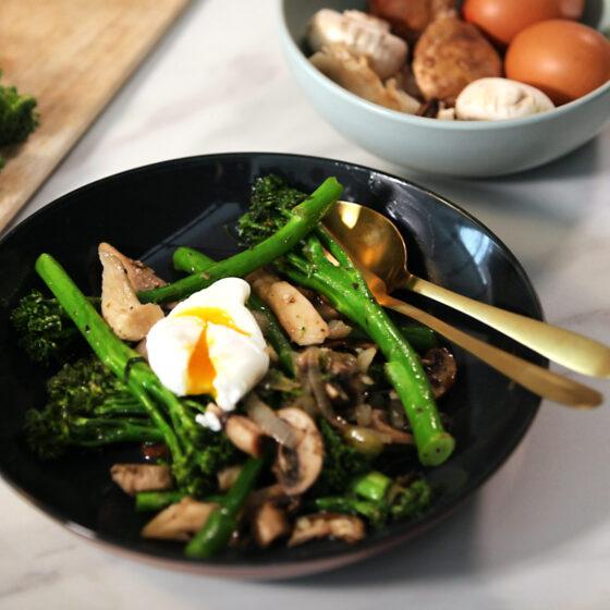 Bimi® broccoli met paddenstoelenmix  en een gepocheerd ei