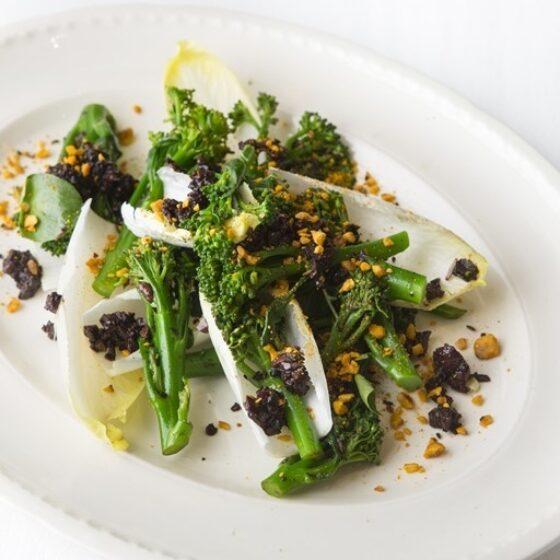 Bimi® brócoli con ajo negro, semillas de amapola y regado con aceite de oliva