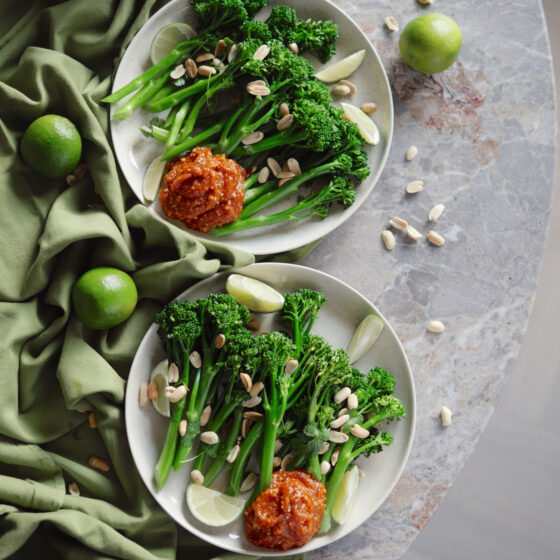 Dampet Bimi® brokkoli med spicy peanøttdipp