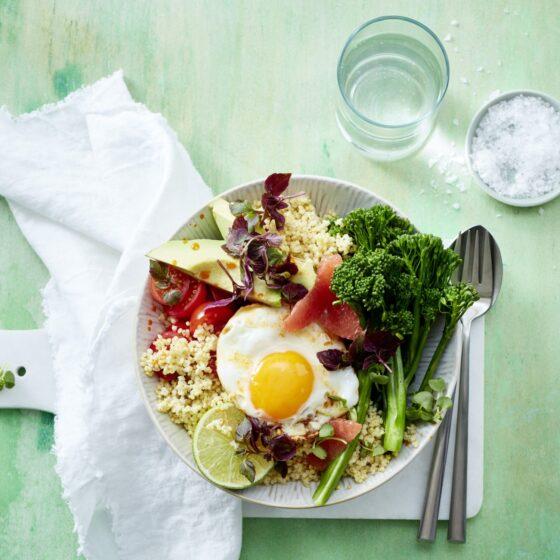 Bunte Frühstücks-Bimi® Brokkoli-Bowl mit Hirse und Spiegelei