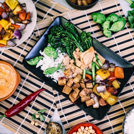 Zoete/pittige rode curry met Bimi®, tempeh, Thaise basilicum en rijst