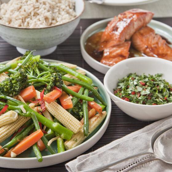 Asiatisches Gemüse und Lachs mit Bimi®-Brokkoli