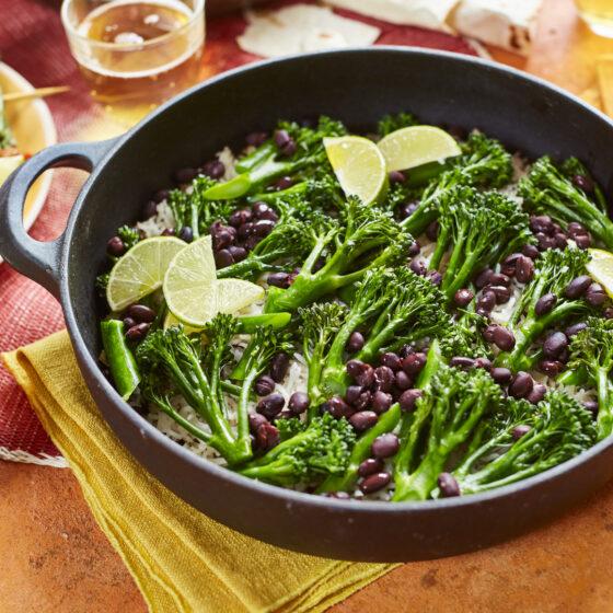 Brócolos Bimi® com arroz mexicano crocante e feijão