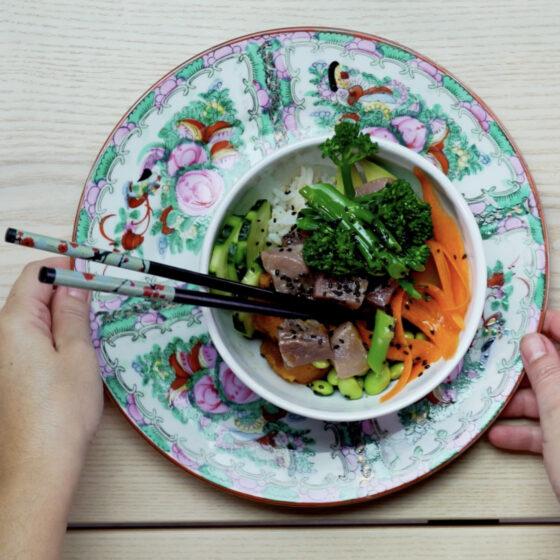 Poké de arroz de Jazmín con atún marinado y Bimi®