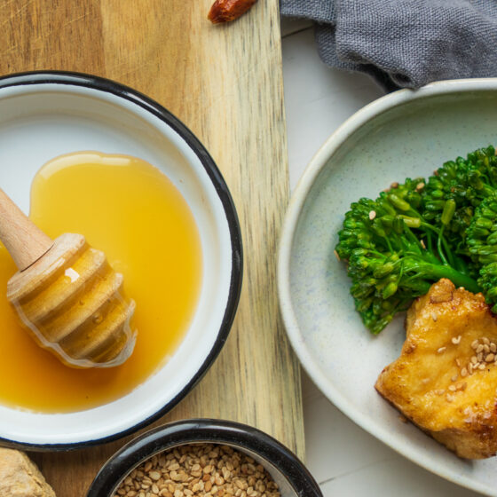 Tofu mit Chili-Honig-Sesam-Marinade auf Bimi® Brokkoli