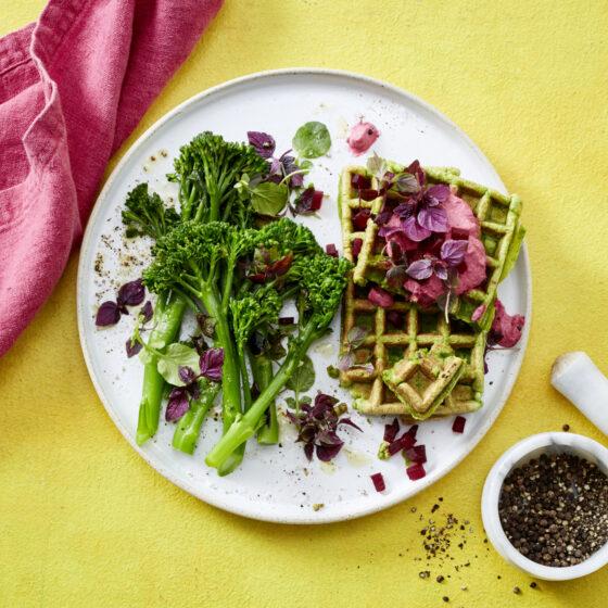 Bimi® Brokkoli-Waffeln mit Kräutern und Rote-Bete-Quark