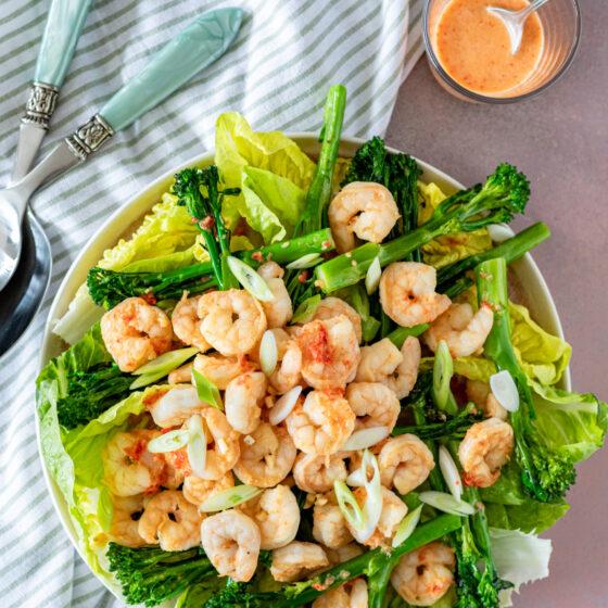 Salade met Bimi®, grote garnalen en Thaise dressing