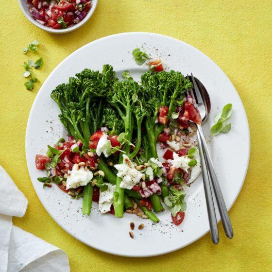 Gedämpfter Bimi® Brokkoli mit Tomaten-Salsa, Mozzarella und Pinienkernen