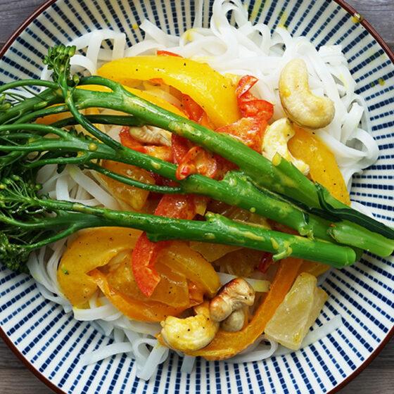 Reisnudeln mit Bimi® Brokkoli, Curry-Kokos-Sauce, Paprika, Ananasstücken und Cashews