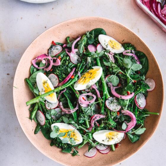 Sprød forårssalat med Bimi® broccoli, urter, sesam & æg