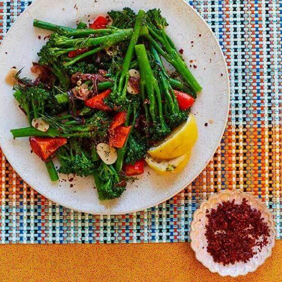 Gestoofde Bimi® broccoli met paprika, peper en dille