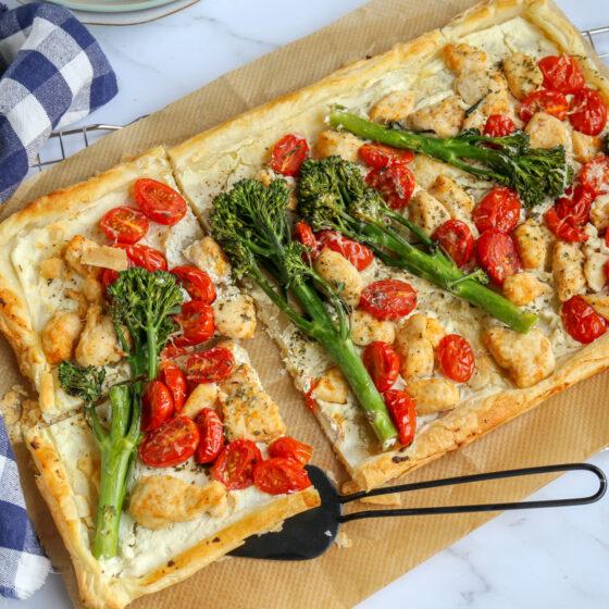 Plaattaart met Bimi® broccoli, cherrytomaten en kip