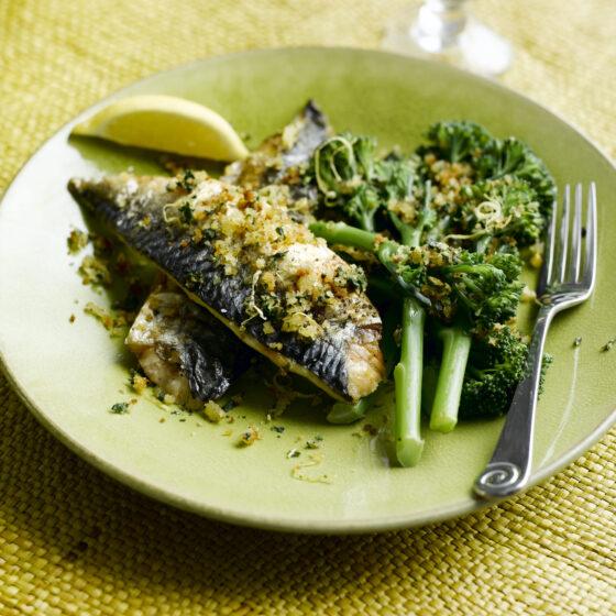 Sennepsgrillet makrel med Bimi® broccoli og ristede brødkrummer med citron og basilikum