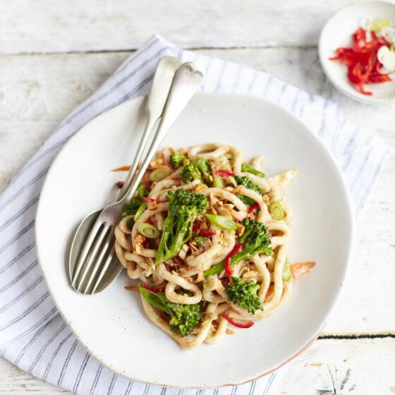 Bimi® broccoli saté noedels met Chinese kool lente-ui en pinda's