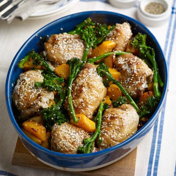 Ovnbagt sesam-citron kylling, bimi® broccoli og butternut squash, serveret med dampede ris
