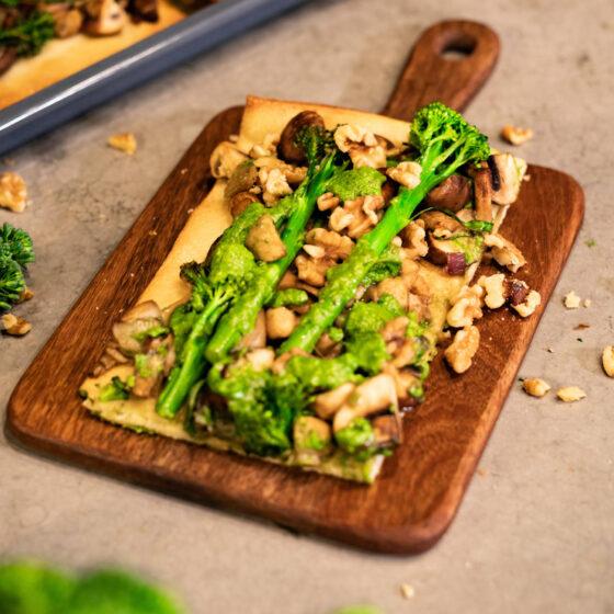 Plaattaart met Bimi® broccoli, paddenstoelen en rucola-walnotenpesto