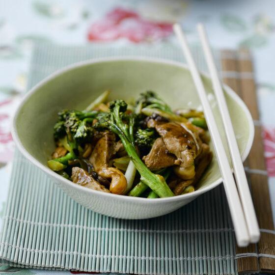 Bimi®-Brokkoli mit Tofustreifen oder Filet vom Schwein mit schwarzer Bohnensauce aus dem Wok
