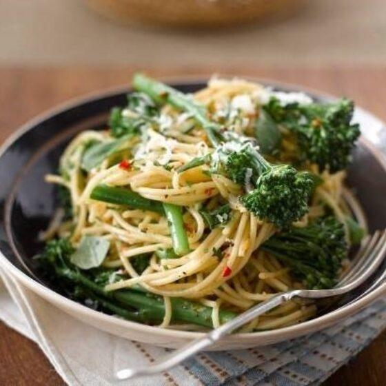 Spagettia ja Bimi® parsakaalia valkosipulin ja chilin kera