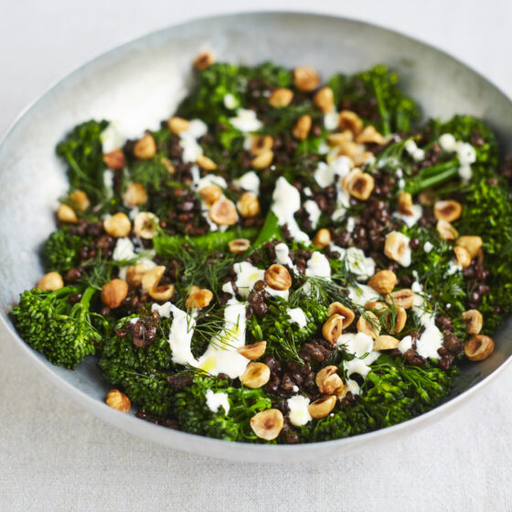 Bimi® brokkoli med puylinser, hvitløk, dill og hasselnøtter
