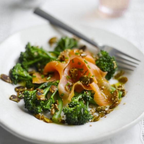 Bimi® brócoli con salmón ahumado, semillas tostadas y limón
