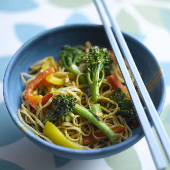 Vegetarisk nudelret med Bimi® broccoli og peanutbutter